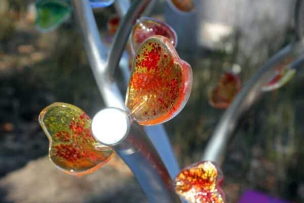 Eigentijds grafmonument met glazen gekleurde hartjes voor meisje