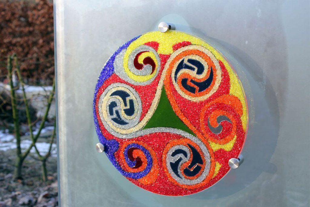 Glazen Grafsteen met kleur Kunstzinnig grafmonument met Triskel voor jongen