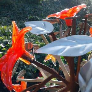 Grafkunst Detail prachtige gekleurde rode glazen bloemen gedenkteken voor partner