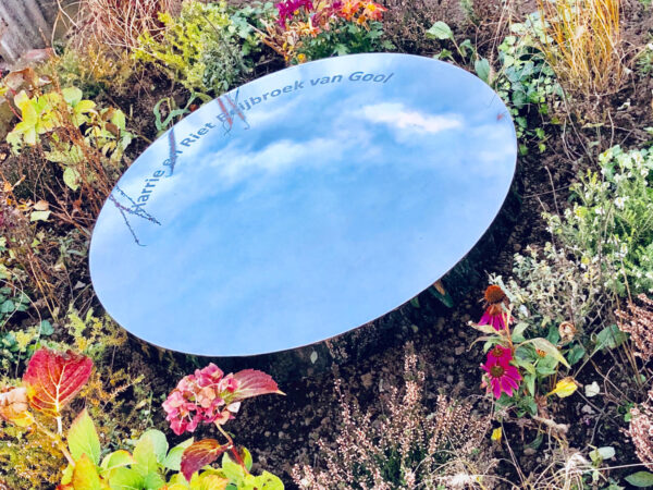 modern spiegelend RVS grafmonument voor ouders