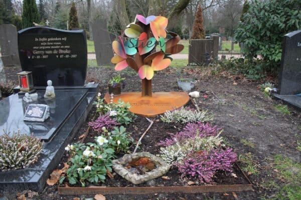 artistiek-geroest grafmonument-moeder met harten