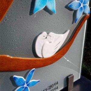 vogels en bloemen op grafsteen baby