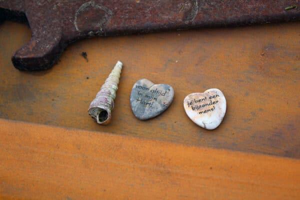 hartjes en schelpjes op grafkunst monument