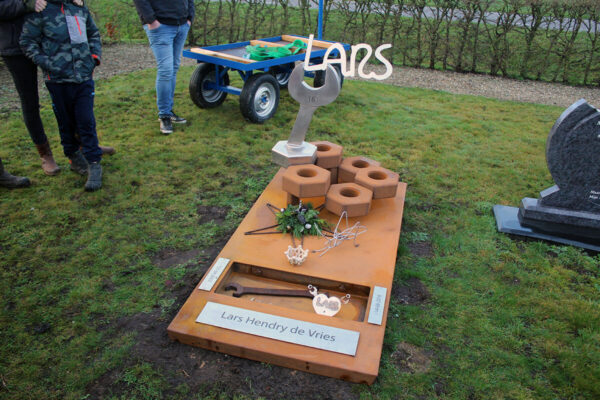 grafkunst monument Lars net geplaatst