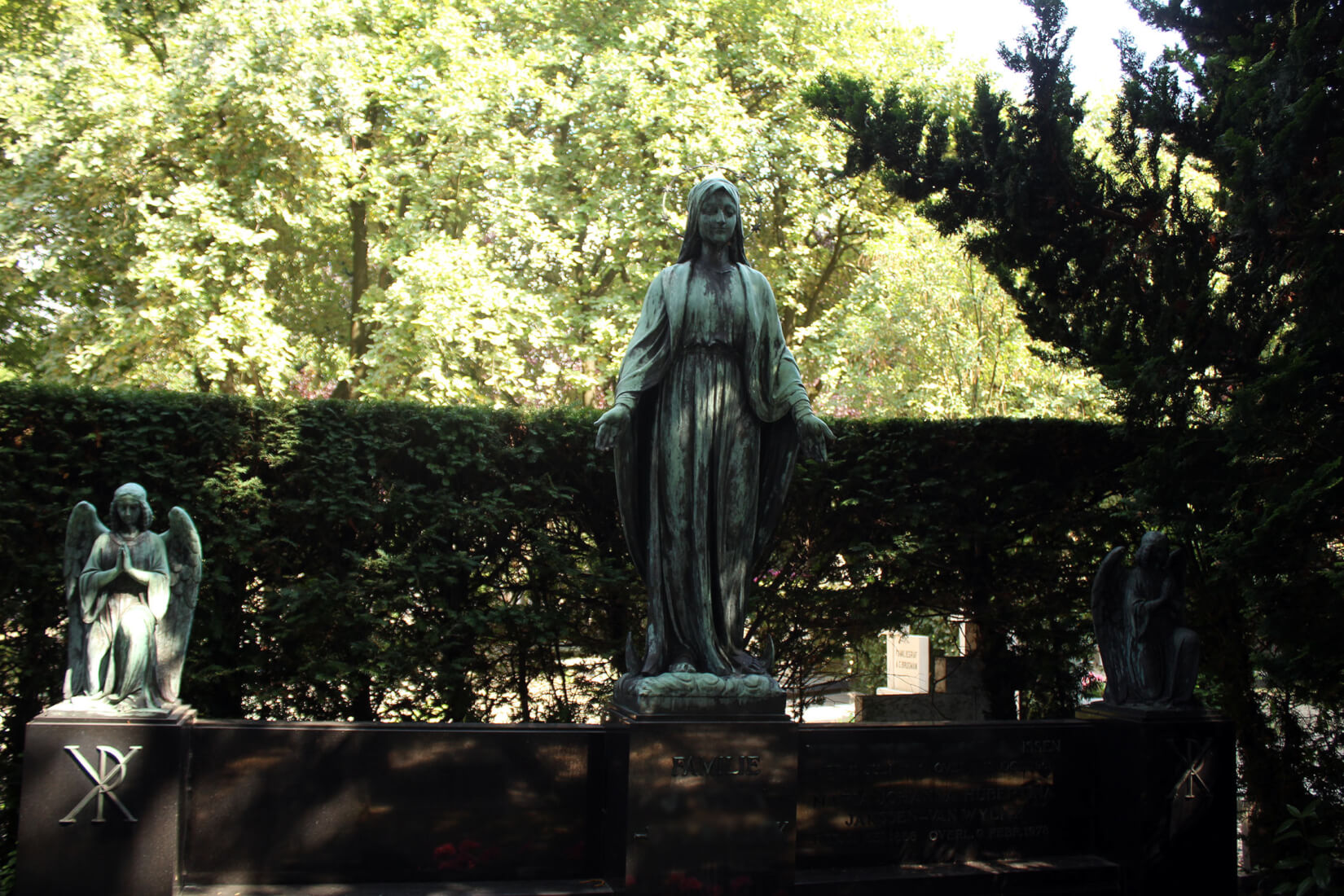 Beeld van engel op begraafplaats Amsterdam