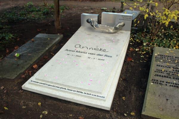 familiegraf van noors graniet met RVS grafkunst op begraafplaats zorgvlied
