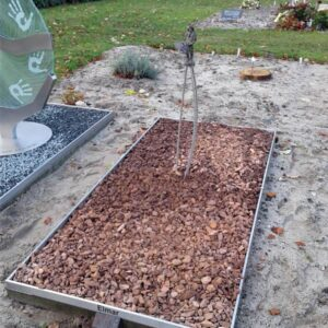 Gedenkteken ouders van RVS met bronzen beeldje - grafkunst