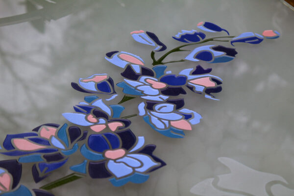 Mooie gegraveerde ridderspoor bloem in glas grafsteen