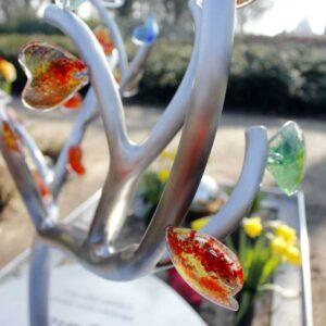 Eigentijds RVS kindergrafsteen - gekleurde glazen hartjes voor meisje