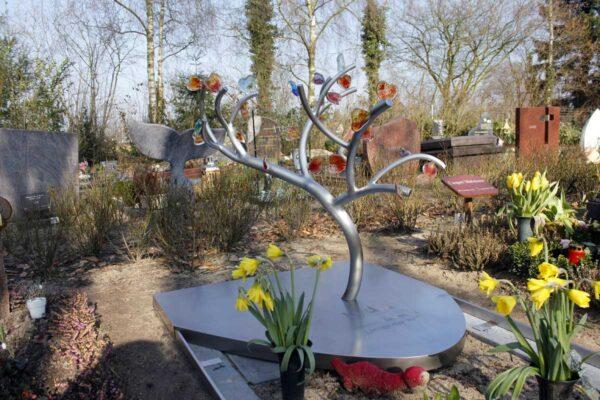 Eigentijds RVS Monument - boompje met glazen hartjes voor kind