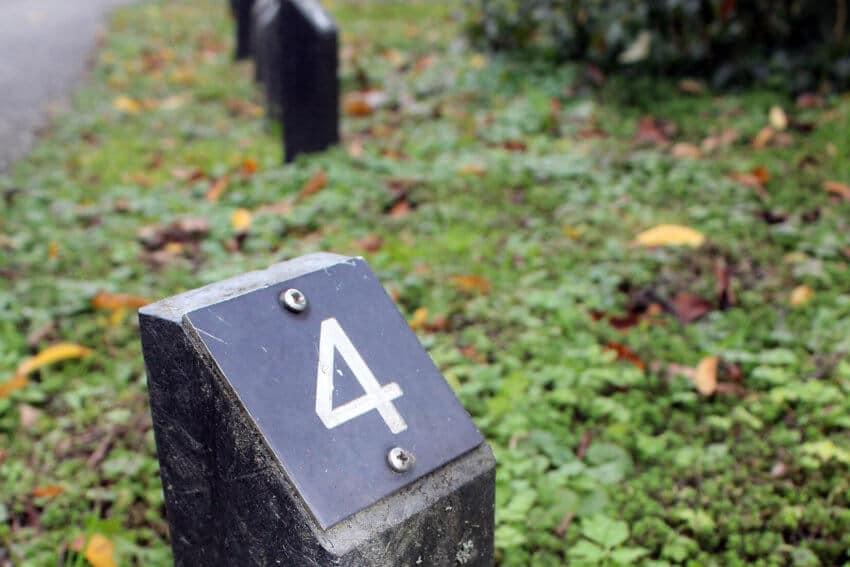 lege graven - paaltjes op een graf