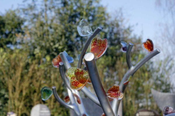 Eigentijds Monument RVS boompje met gekleurde glazen hartjes voor kind