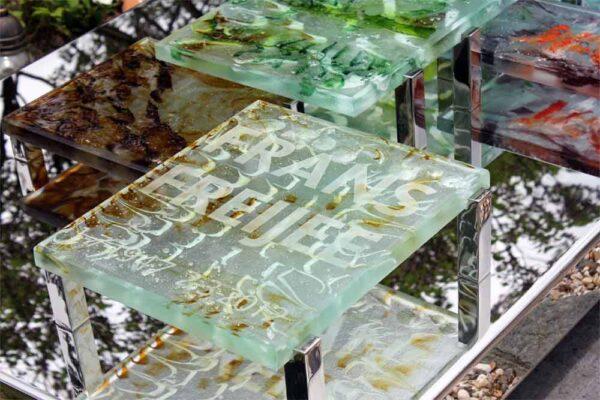 Detail modern – glazen Grafmonument met gekleurde blokken glas voor partner