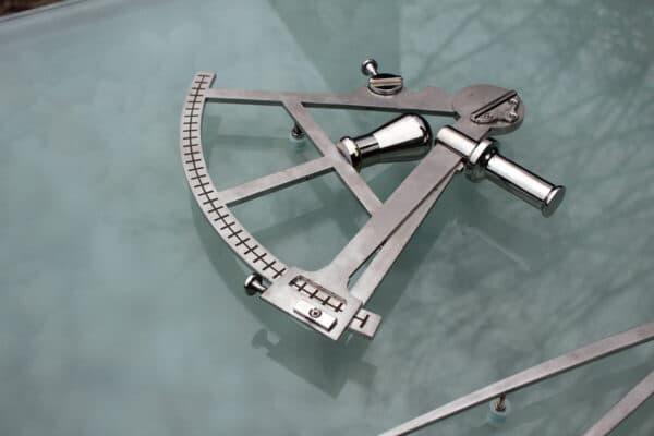 detail grafkunst voor zeeman met sextant van RVS