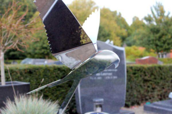 Detail van modern gedenkteken met RVS vogel voor echtgenoot/partner