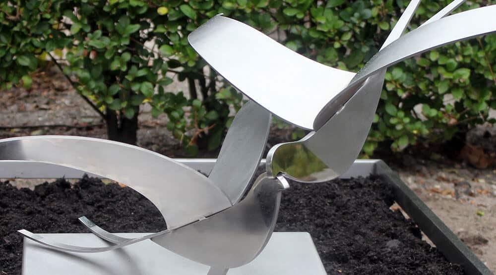 grafmonument met vogels
