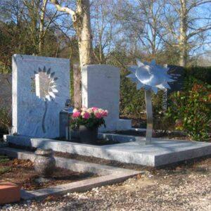 Eigentijds grafmonument met RVS zonnebloem voor partner - echtgenoot