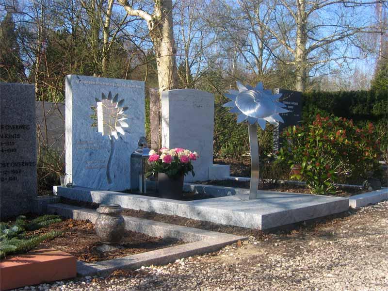 Grafmonumenten Amsterdam - Zorgvlied - Eigentijds grafmonument met RVS zonnebloem voor partner - echtgenoot