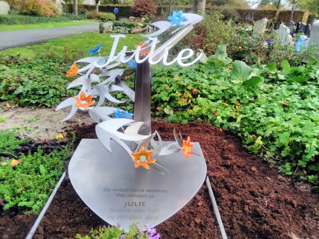bijzondere RVS grafsteen baby met vogels en bloemen