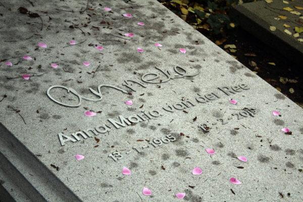 grafzerk met naam in eigen handschrift en RVS letters en rozenblaadjes op begraafplaats zorgvlied