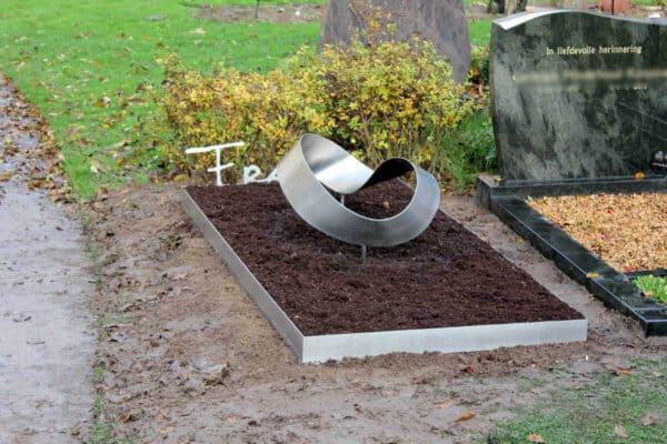 Modern RVS Grafmonument met ring Mobius voor partner met beplanting