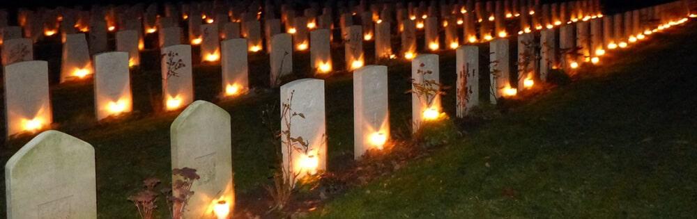 graflichtjes op militaire begraafplaats