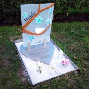 kindergrafsteen van glas en rvs