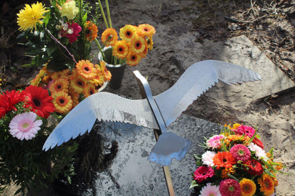 urnengraf met RVS vogel