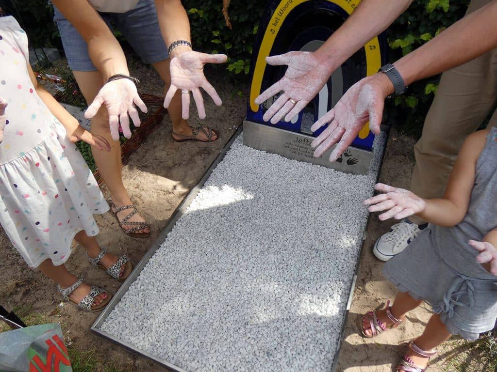 plaatsen kindermonument vieze handen